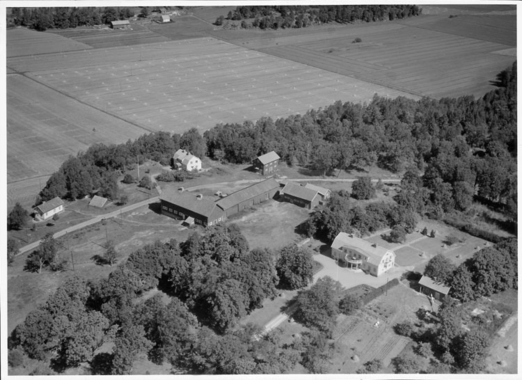 En flygbild över Skee prästgård år 1952. UMFA53100:1257